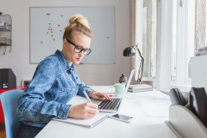 digital marketing millennials - email marketing girl